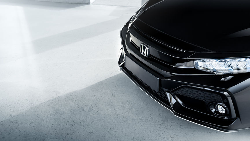 Close-up van de bumperspoiler van de Honda Civic 5-deurs Silver Line.