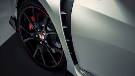Close-up van wielkasten en ventilatieopeningen Honda Civic Type R.