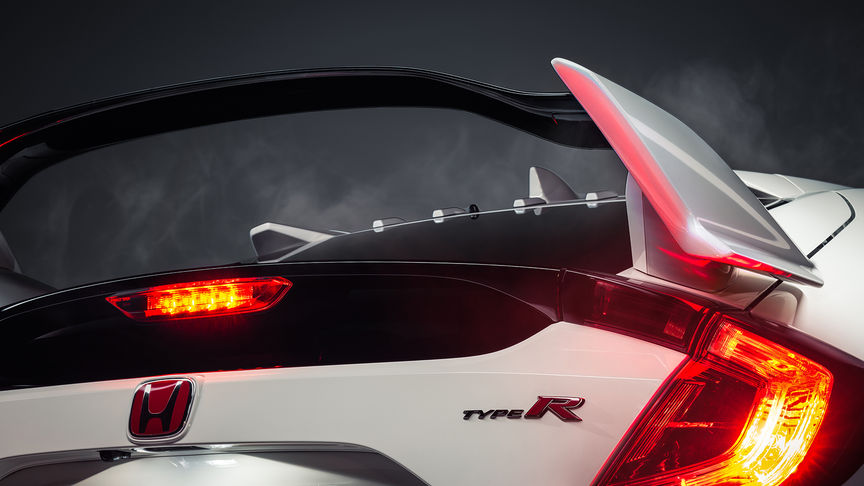 Close-up driekwart achteraanzicht Honda Civic Type R om vleugelspoiler te tonen.
