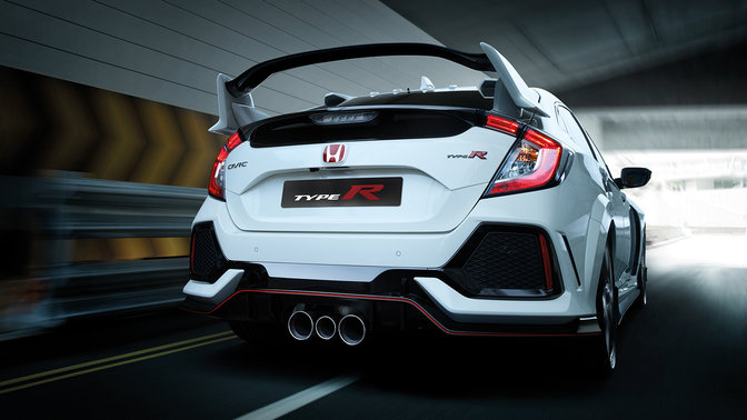Driekwart achteraanzicht Honda Civic Type R in een tunnel.