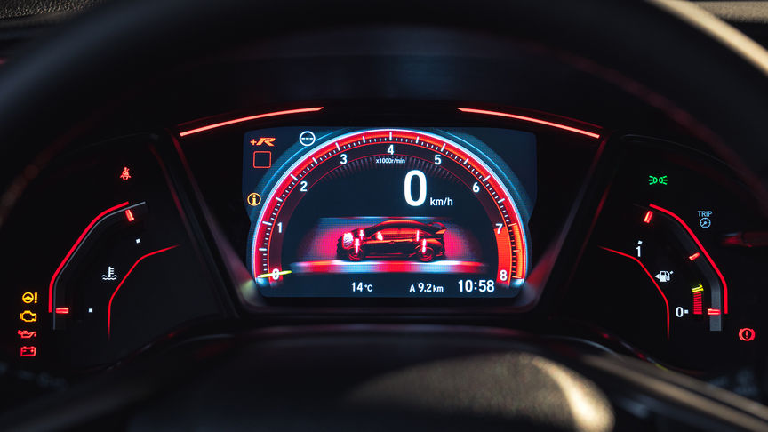 Close-up meters in +R-instelling Honda Civic Type R.