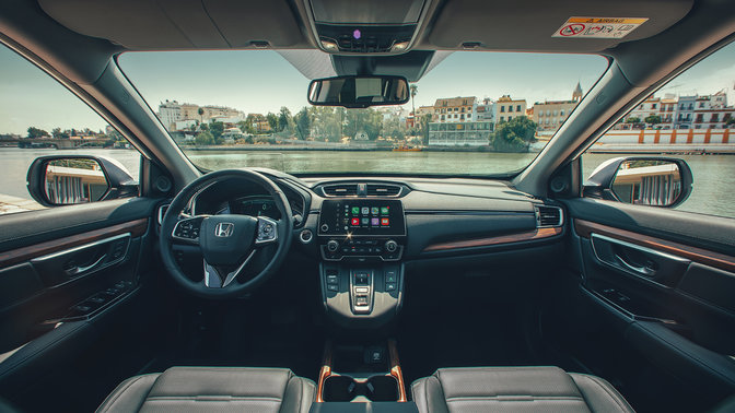 Close-up van dashboard in de Honda CR-V Hybrid, op stadslocatie.