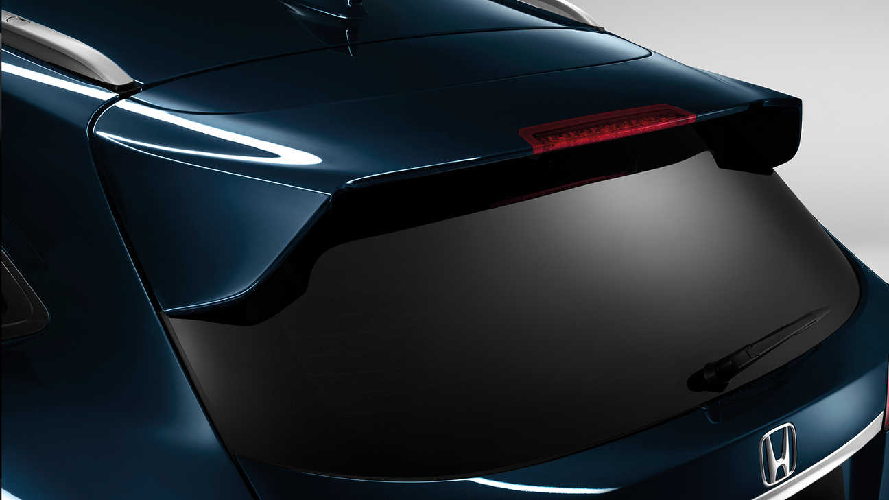 Close-up van Honda HR-V achterklepspoiler.