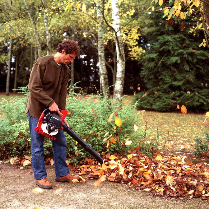 Bladblazer in gebruik door model, tuinlocatie.