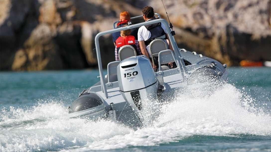 Of u nu een speedboot hebt of een grotere boot - met een van deze motoren bent u zeker van optimaal vermogen, waar u ook naartoe gaat. Leun achterover en luister naar het geluid van de zee, terwijl de boot soepel door het water glijdt. Van de BF115 en BF135 tot de BF150 – deze motoren zijn zo afgesteld dat ze meer paardenkracht leveren voor een grote verscheidenheid aan boten. Het soepele vermogen dat deze geavanceerde technologie levert, zorgt gegarandeerd voor een glimlach op uw gezicht.