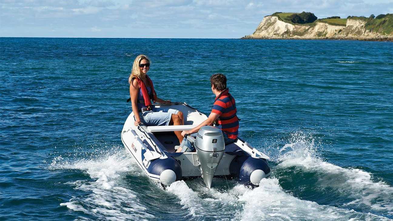 Moeder en zoon op een Highfield-boot, aangedreven door een Honda BF8 buitenboordmotor