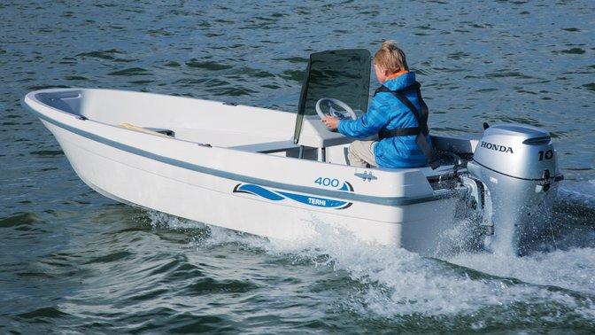 Boot met BF10 motor, in gebruik door model, kustlocatie.