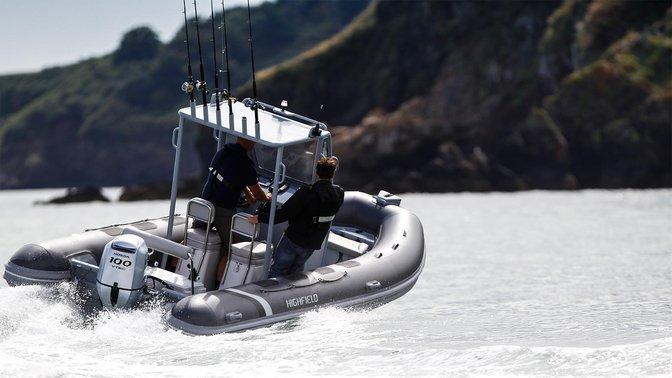 Boot met de BF80 motor, in gebruik door modellen, kustlocatie.
