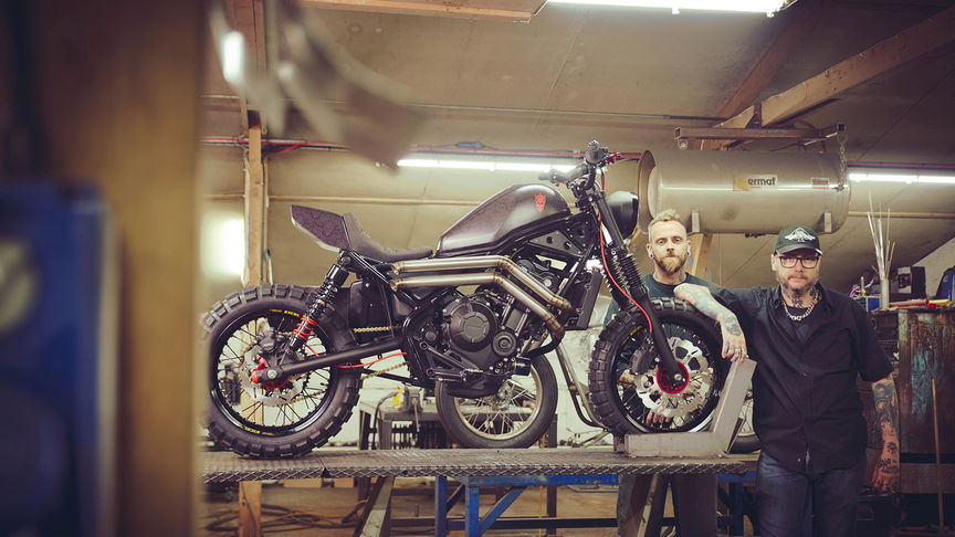Russ Brown en Dan Gold naast de Custom Honda CMX500 Rebel.