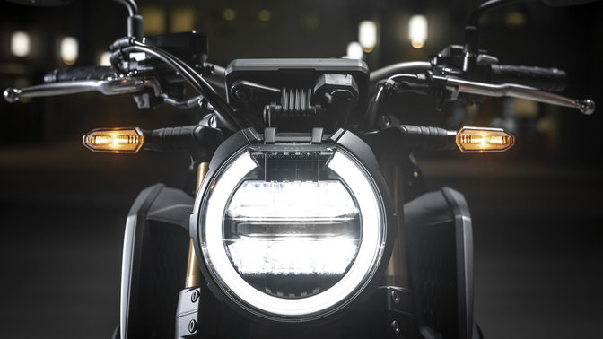 Close up van koplamp van Honda CB650R.