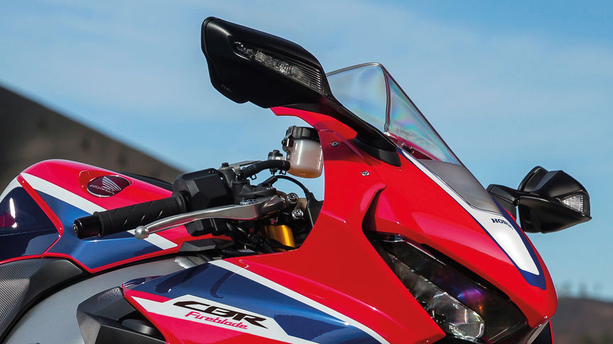 Frontale driekwart close-up van Honda Fireblade op circuit.